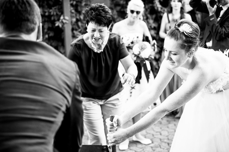 Hochzeitsfoto während des Holzstammsägens - Hochzeitsfotograf Bremen